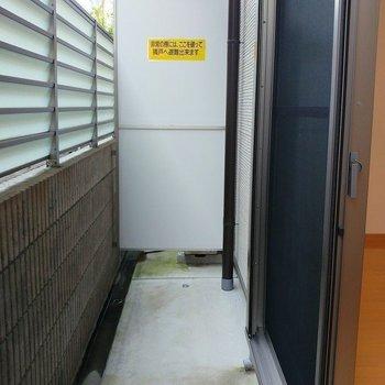 洗濯物が高い位置に干せ、床につく心配なし!(※写真は1階の同間取り別部屋のものです)