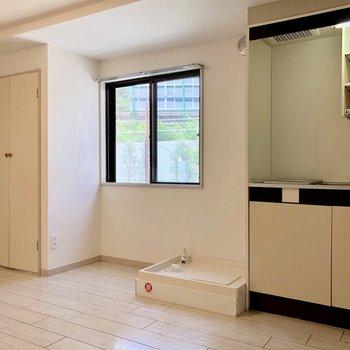 キッチンの横に洗濯機置き場があります