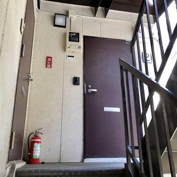 お部屋は階段を上がって右にあります