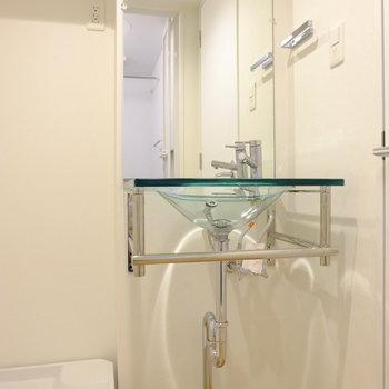 ガラス製の洗面台…!お洒落!!(※写真は5階の同間取り別部屋のものです)