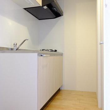 キッチンスペースはコンパクトですが収納ができるのが嬉しいポイント!
