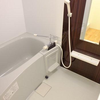 お風呂もピカピカ(※写真は1階の同間取り別部屋のものです)