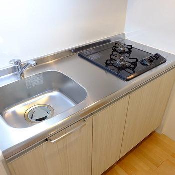 キッチンは2口ガスコンロ(※写真は1階の同間取り別部屋のものです)
