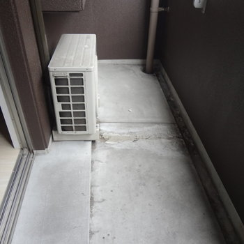 バルコニーはこんなかんじ。(※写真は2階の同間取り別部屋、清掃前のものです)