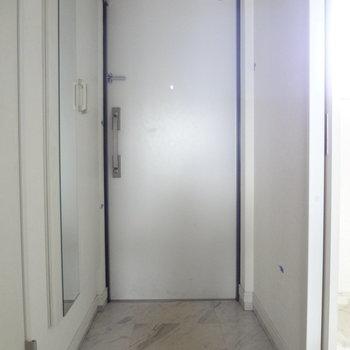 玄関はすっきりと。(※写真は2階の同間取り別部屋、清掃前のものです)