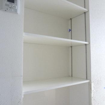 キッチン横の収納スペースは重宝しそう。(※写真は2階の同間取り別部屋、清掃前のものです)