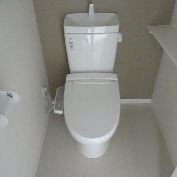 トイレはもちろんウォシュレットつき!(※写真は2階の同間取り別部屋、清掃前のものです)