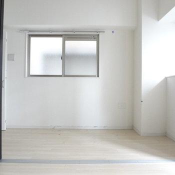 扉でリビングと寝室をしきることができます。(※写真は2階の同間取り別部屋、清掃前のものです)
