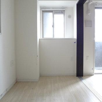 こちらは寝室。窓があるのがうれしいな。(※写真は2階の同間取り別部屋、清掃前のものです)