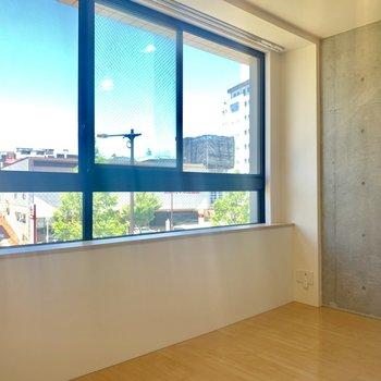 窓×コンクリ、良いコンビ