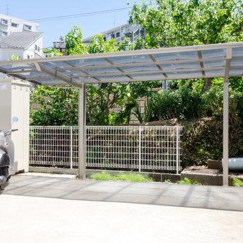 屋根付きの駐輪場。雨の日も安心です。