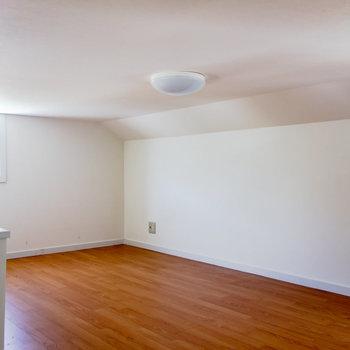 【ロフト】天井は低めですが、広々としています。※写真は通電前のものです