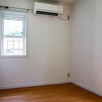 【洋室】一人で暮らすならここが作業部屋になりそう。※写真は通電前のものです