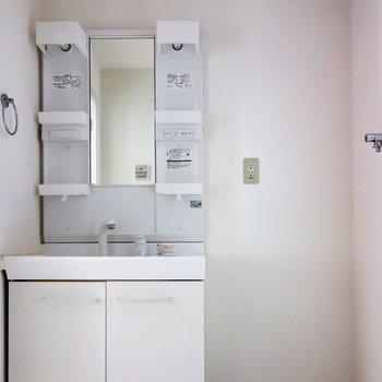 汎用性の高い洗面台。洗濯機はその隣に。※写真は通電前およびクリーニング前のものです
