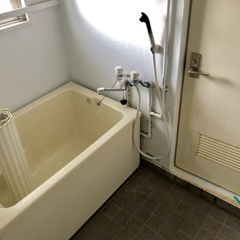 お風呂はゆったりめ!(※写真は清掃前のものです)