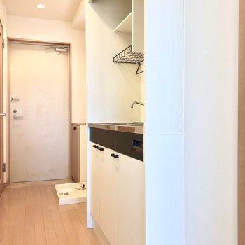 コンパクトなキッチン※写真は5階の同間取り別部屋のものです