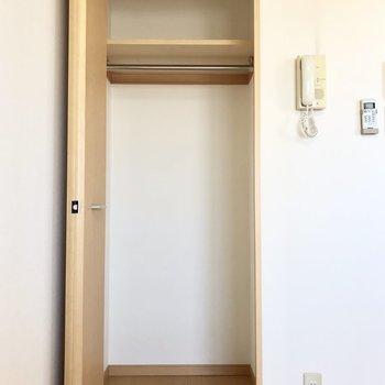 普段使わないものは棚の上へ※写真は5階の同間取り別部屋のものです