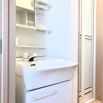 洗面台はキッチンの反対側にあります※写真は5階の同間取り別部屋、清掃前のものです