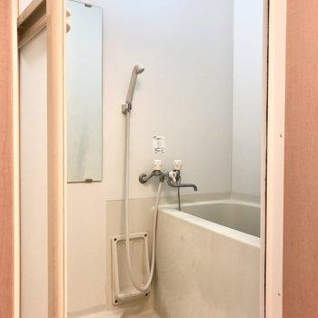 シンプルな浴室※写真は5階の同間取り別部屋、清掃前のものです