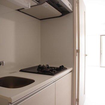 キッチンからの眺め。手軽に旨い料理を作りたい。※写真は5階の同間取り別部屋のものです