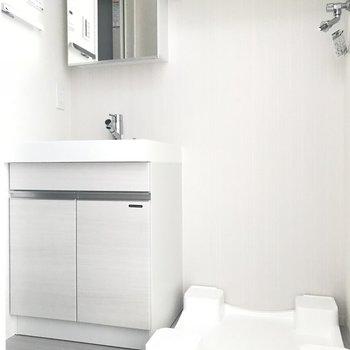 洗面台と室内洗濯機置場※写真は5階の同間取り別部屋のものです