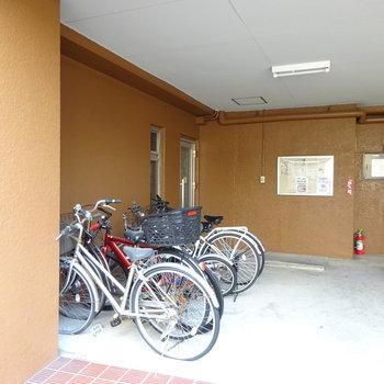 駐輪場は狭めです。