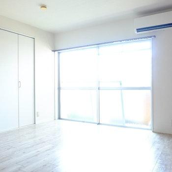 エアコン&再・収納!!広さは6帖ほど。大きなベッドも置けそうです※クリーニング前の写真です。