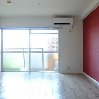 寝室はワイドな窓からおひさまこんにちは※クリーニング前の写真です。