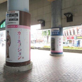 駅前にはカーネーションの広告が
