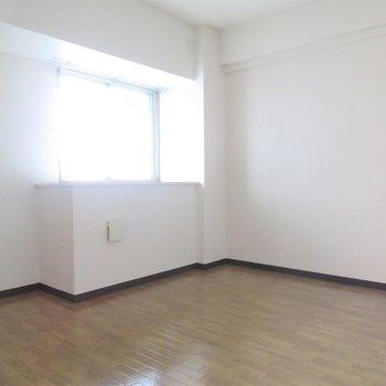 玄関横の洋室は寝室にどうぞ(※写真は4階の同間取り別部屋のものです)