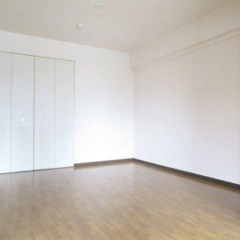 リビング横の洋室は6帖(※写真は4階の同間取り別部屋のものです)