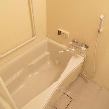 お風呂は綺麗ですね(※写真は4階の同間取り別部屋のものです)