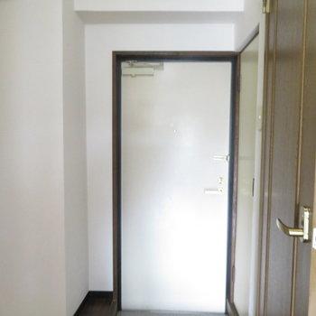玄関はコンパクトですね