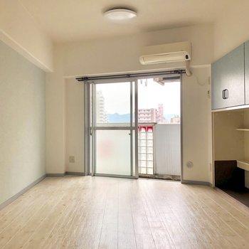 ブルーのアクセントクロスと棚◎(※写真は7階の同間取り別部屋のものです)