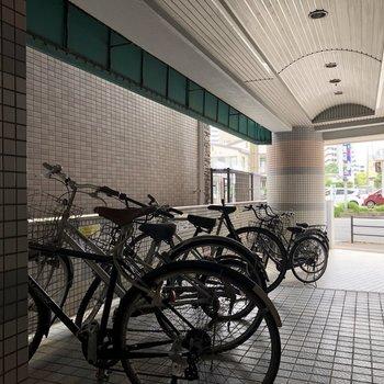 自転車は濡れないようにここへ。