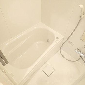 追い焚き機能付きの浴室、ゆっくり浸かれます。