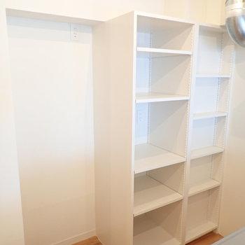 【LDK】後方には可変式収納と冷蔵庫置場。