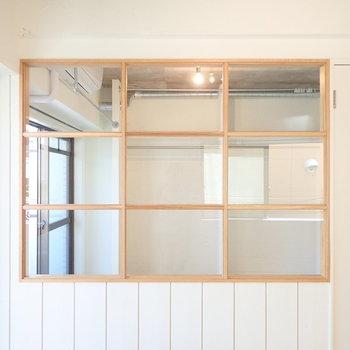 格子窓の存在感、色味もいいですね。
