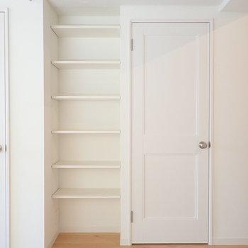 【LDK】洋室とサニタリーの扉の間に収納を見つけました。