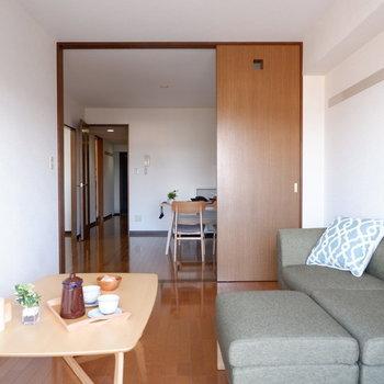 【洋室①】ダイニングとの仕切りを開ければ、開放的な雰囲気に。(※写真は4階の反転間取り別部屋のものです)
