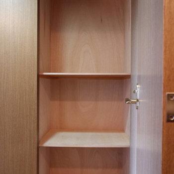 トイレ向かいには収納が。賢く使いたい(※写真は4階の反転間取り別部屋のものです)