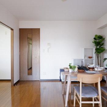 【LDK】キッチンと食卓は同じ空間に。(※写真は4階の反転間取り別部屋のものです)