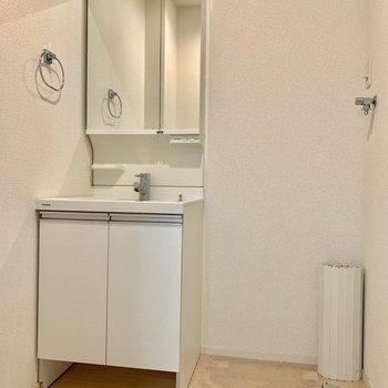 洗面台の横は洗濯機置場。※写真はクリーニング前のものです