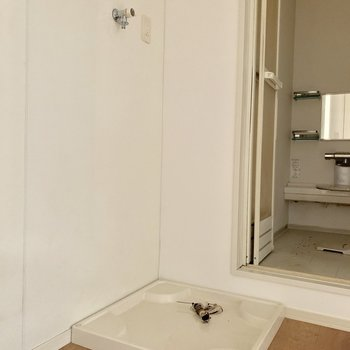 洗濯機置場はバスルームの手前。※写真は通電前のものです