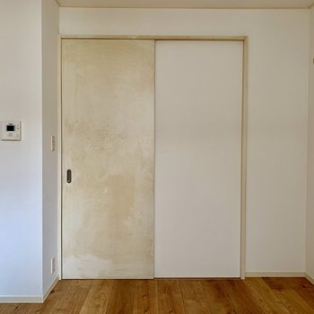 キッチンへの扉。※写真は通電前のものです