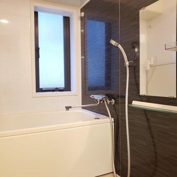 お風呂には小窓・浴室乾燥機付き