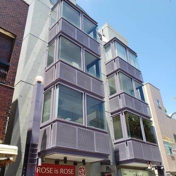商店街に並ぶ建物の3階