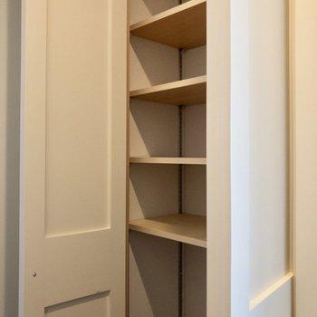 シューズボックスは玄関の横に。一人暮らしには十分な容量です。
