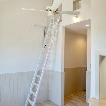 【居室】さて、ハシゴを登ってロフトへ