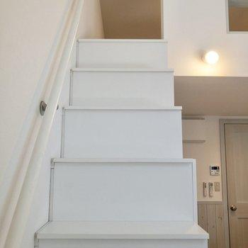 【居室】さて、階段を登ってロフトへ。